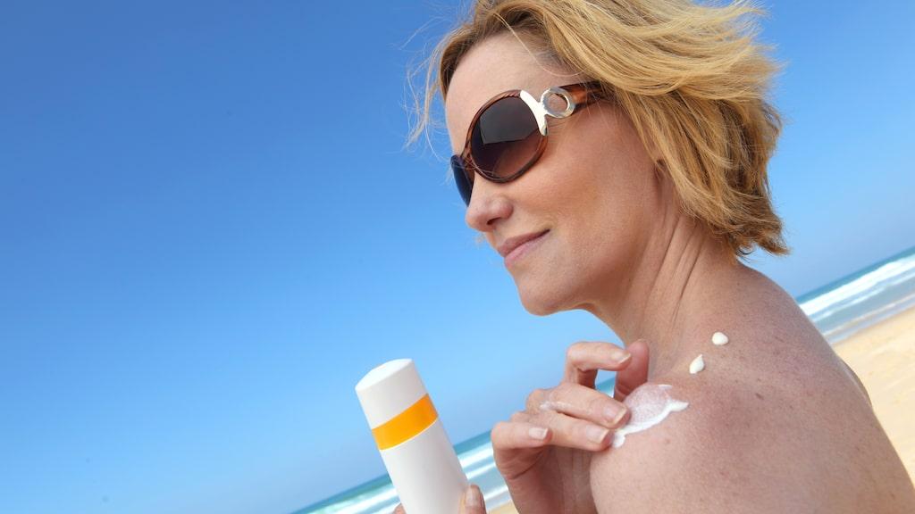 En av de bästa sakerna du kan göra för att se yngre ut är att vara noga med solkrämen.
