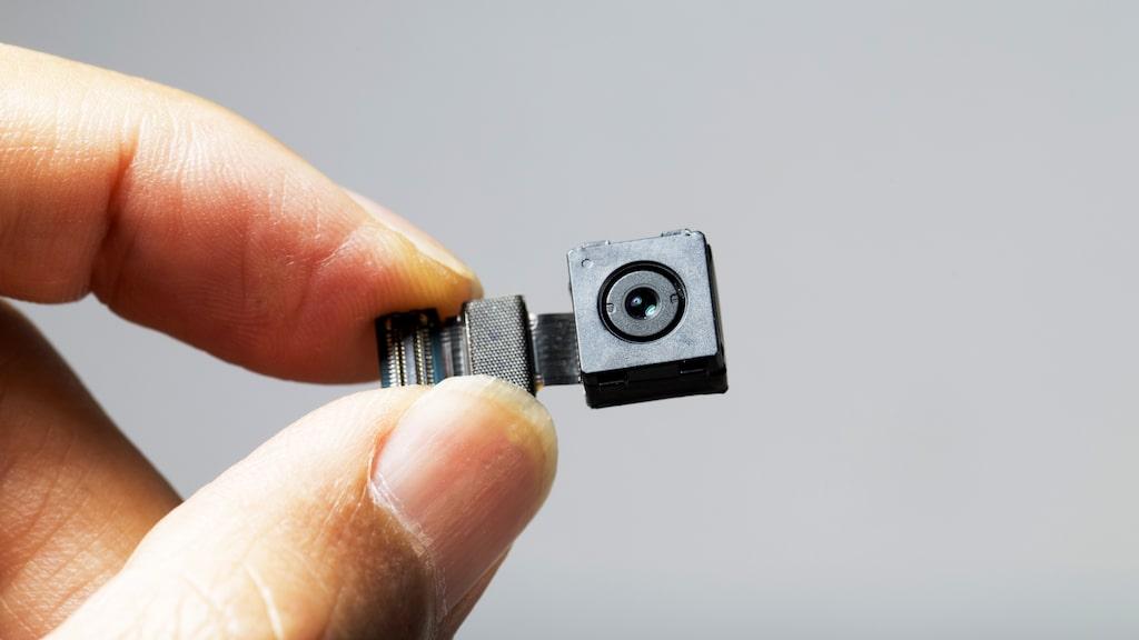 De små kamerorna var placerade i vägguttag, uttag för hårtorkar och i satellitboxar.