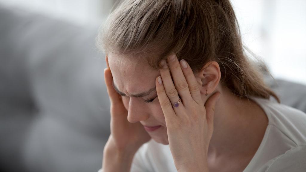 Förutom halsflussliknande symtom kan körtelfeber leda till huvudvärk.