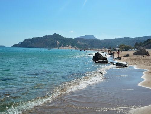 Finkornig sand och kristallklart vatten på Tsambika.