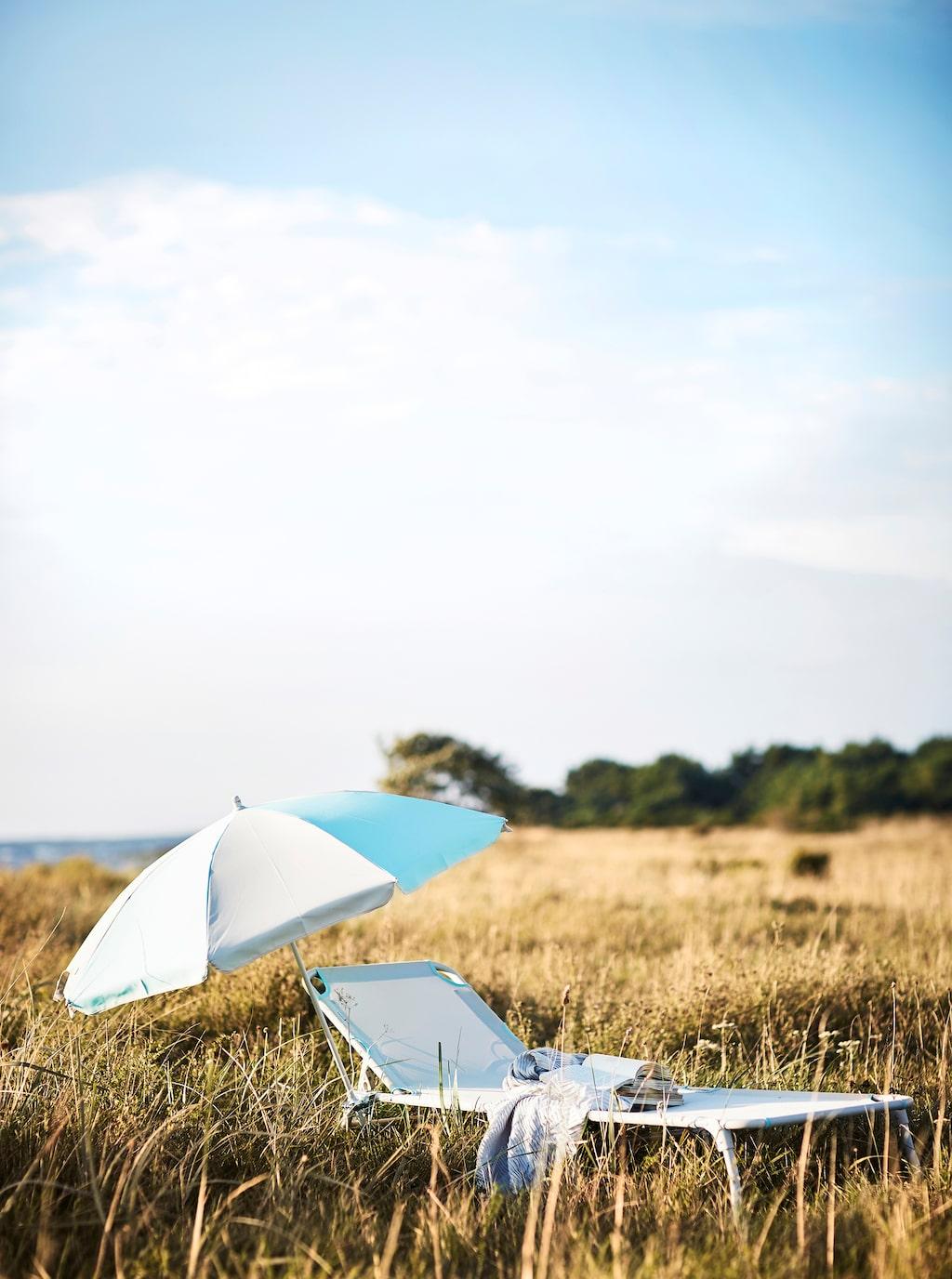 Ramsö parasoll, 70 kronor, turkos/ljusbeige. Håmö solsäng, 299 kronor, L199×B59, H28 cm. Ljusbeige.
