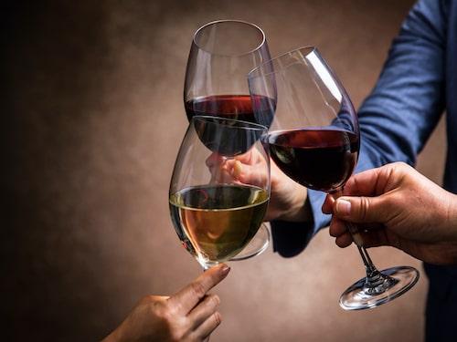 Att dricka champagne ur ett vanligt vinglas går alldeles utmärkt.