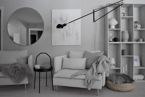 En riktig läshörna ska ha ett riktat ljus. Spegel, House Doctor. Fåtölj, sidobord och puff, Ikea. Hyllan är tillverkad av Ikea-hyllan Valje, som byggts ihop och målats i samma kulör som väggen.