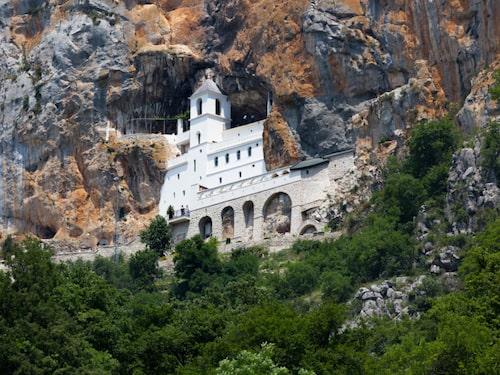 Klostret i Ostrog är byggt i bergväggen.