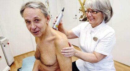 """SLIPPER SMÄRTAN. Ulf Jansson får laserbehandling av Mia Hode. """"Jag märkte oerhörd förbättring redan efter första gången"""", säger han."""