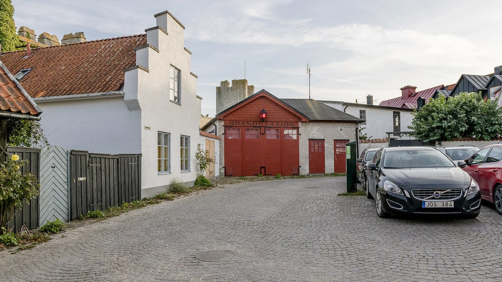 Charmig kullerstensgata som sig bör i Visby innerstad.