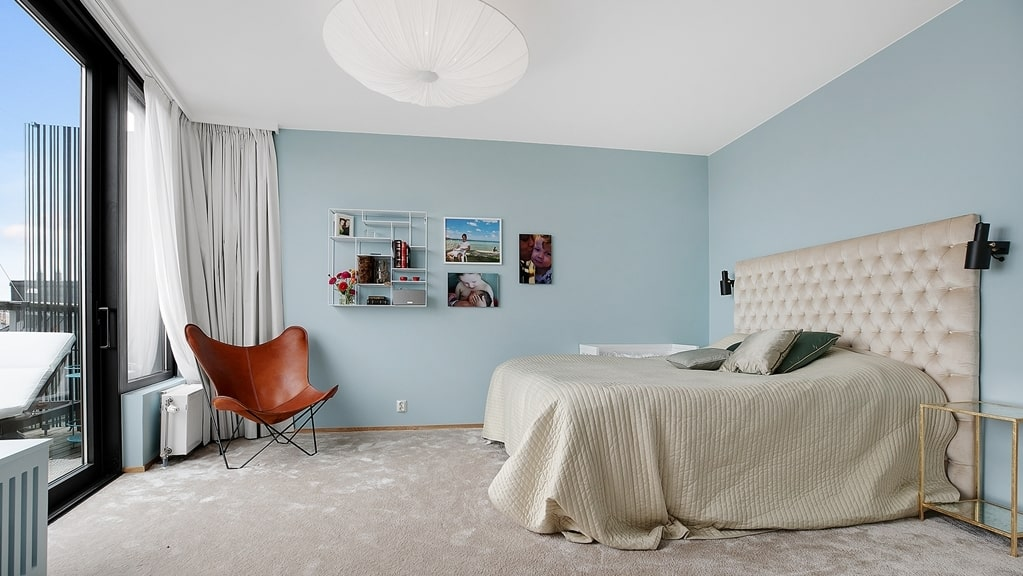 Master bedroom med plats för dubbelsäng och övrigt möblemang. Rogivande färgsatta väggar och mysig heltäckningsmatta. Här finns också en walk-in-closet del med sex garderober och en stor spegel.