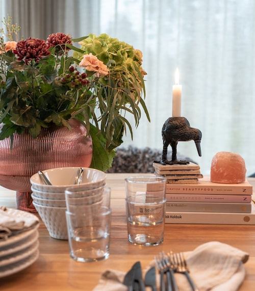 Att använda böcker som bas för ett stilleben ger det lite höjd.  Ljusstaken i form av en kråka, från By On, blir en rolig och annorlunda detalj på köksbordet.