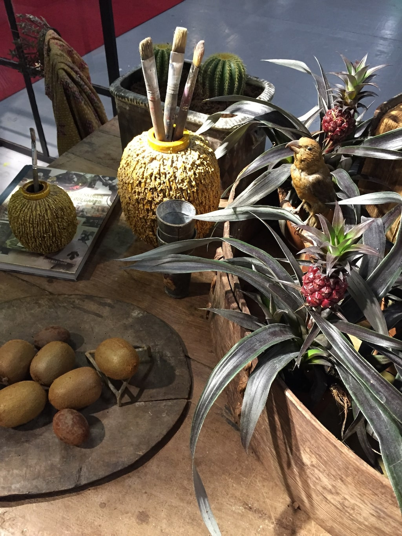 Kiwi, annanasplantor, små fåglar och vaser av Gunnar Nylund i idéträdgården av Stig och Bo Dahlin.