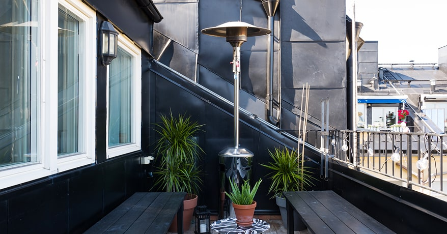 Den stora terrassen har morgonsol och utsikt över hustaken i öst.
