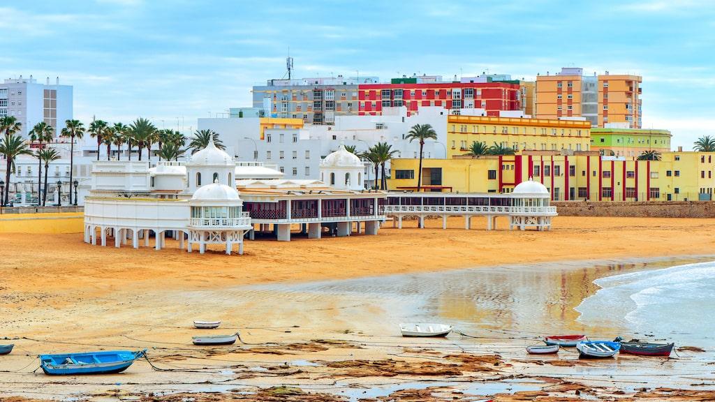Den härliga lilla stadsstranden Playa Caleta i Cadiz.