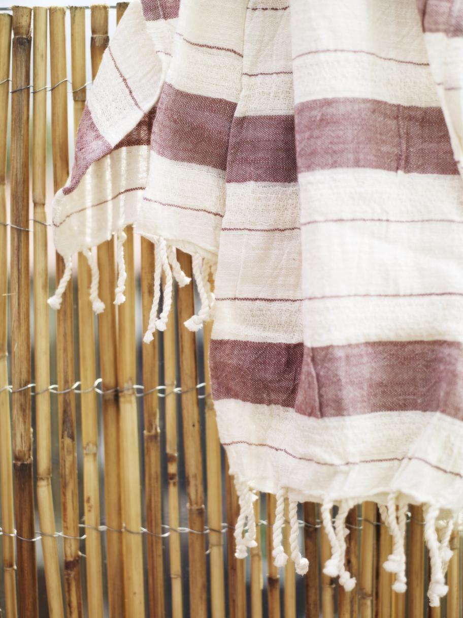 Skydd i bambu<br>Montera ett inssynsskydd av bambu. Säljes på rulle och fästes med ståltråd. Bambu, 449 kronor för 3 meter, Bauhaus. Haman handduk, 199 kronor, Medinan.
