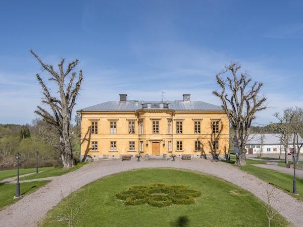 Anrika Bolltorp slott i Östergötland låg 2018 ute till försäljning för 155 miljoner kronor.