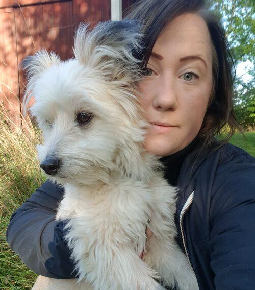 Kristina fick såriga bölder på huvudet och därefter en allergisk reaktion i halsen av älgflugorna. Hennes hund var helt svart av älgflugor.