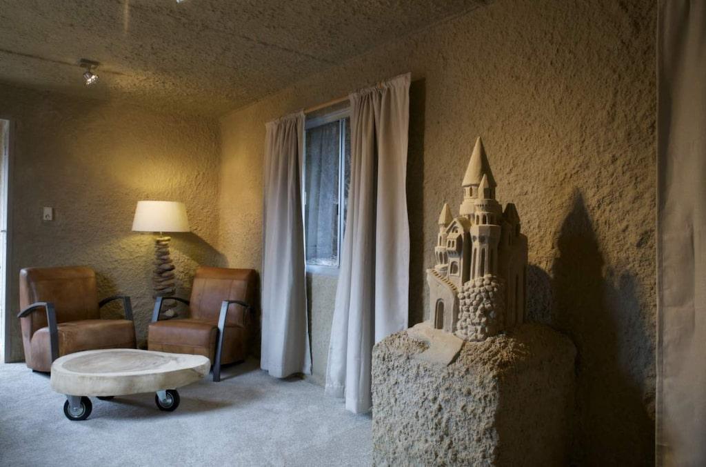 <p>Ett av rummen i Sneek. Sandhotellen har blivit så populära att det redan är klart att de återuppstår under nästa års festival.<br><br></p>