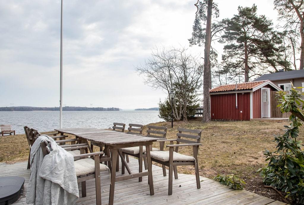 Från matsalen kan man kliva ut på terrassen med utsikt över Mälaren.