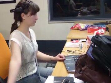 En av försökspersonerna med EEG-mätaren som sitter på huvudet och är uppkopplad till internet.