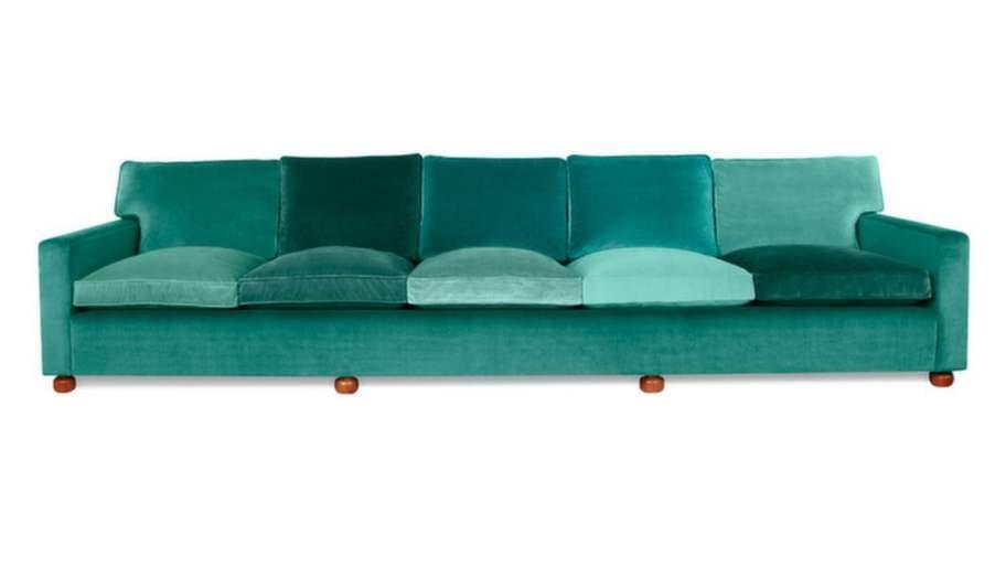 """""""Jag har kärat ned mig i en soffa på Svenskt tenn som är så dyr att man blir generad bara av att gå i närheten. Den kostar 52 000, är grön och helt fantastisk"""", säger Gry. <br>(Vackra femsitssoffan 3031 designades av Josef Frank på 1940-talet, reds anm.)"""
