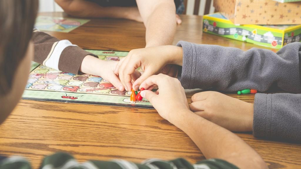 Spela spel – något som de flesta älskar. Vi har testat årets nya sällskapsspel.