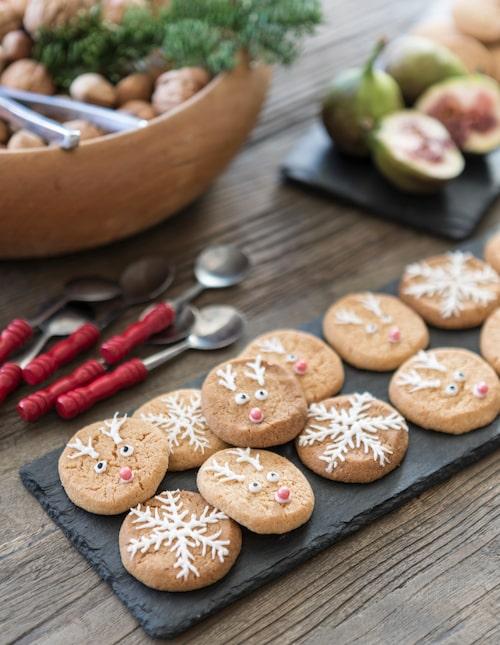 Dottern Josephine älskar att baka och har dekorerat charmiga Rudolf- och snöflingekakor.