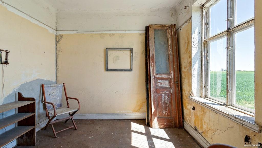 Gamla bevarade spegeldörrar och en ram utan innehåll. Nästan lite spöklikt. Eller konstnärligt, kanske någon annan skulle säga.