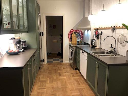Ommålade luckor och täckskivor gjorde underverk. Genom att ta bort överskåpen ovanför diskbänken fick köket en mer modern touch.