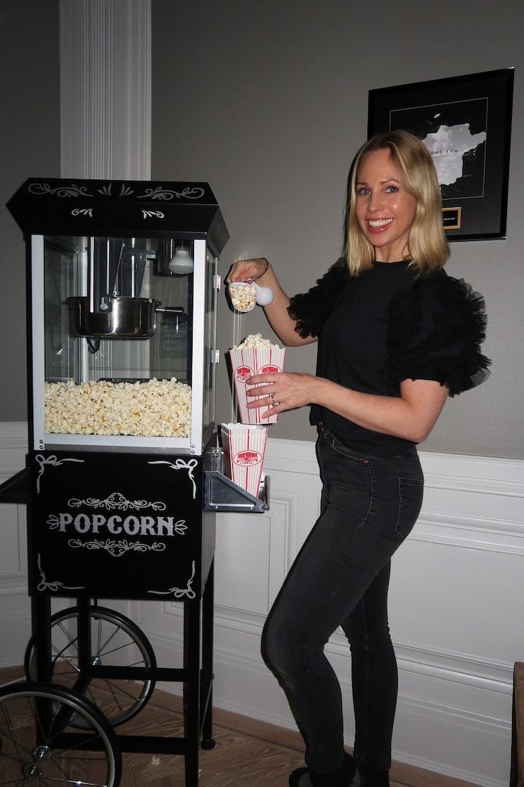 """Popcornmaskinen i biorummet är en favorit hos både Malin Gramer och barnen. De poppar när de ser på film eller spelar Fifa. Barnens rum är anpassade efter deras intressen. """"I Charlies rum har vi inte satt upp tavlor, då han sparkar boll. Emma har musikprylar. Leo älskar att dra fram en massa saker på sin bänk."""""""