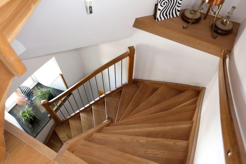 Trappan av ek har finurliga lådor i trappstegen. Kvarnen på 250 kvadratmeter är fördelad på sex våningar och 22 meter hög.