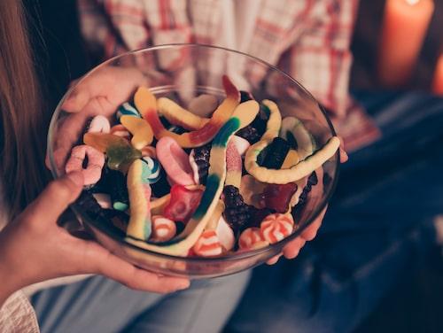 Forskning visar att totalförbud inte är en lösning. Däremot kan man bestämma att godis därför är något som äts sällan och i begränsad mängd.