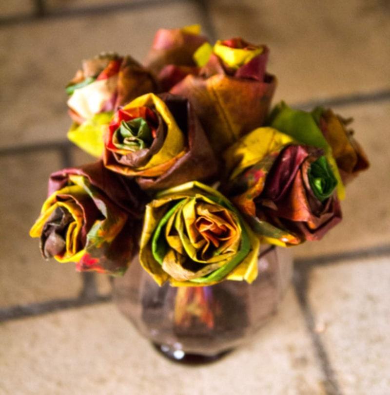 En sån här vacker rosbukett kan du få av lönnlöv.