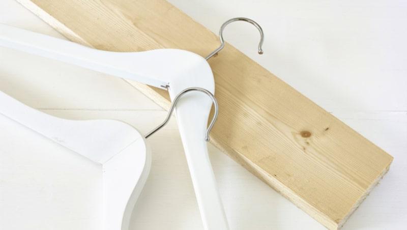<p>Att använda väggarna till förvaring är alltid ett bra sätt för att skaffa extra utrymme. Galgar och en bräda är bland annat vad som behövs. Bläddra vidare för att se resultatet!<br></p>