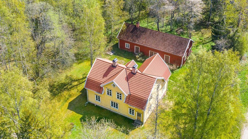 Huset ligger på en tomt på drygt 2 400 kvadratmeter.