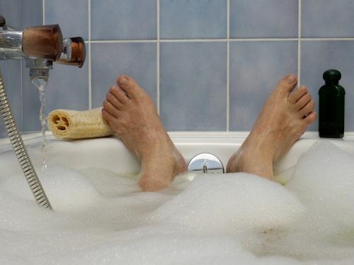 Ett varmt bad innan läggdags kan göra susen.