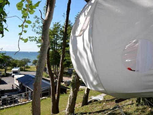 Två personer får plats i de hängande tälten.