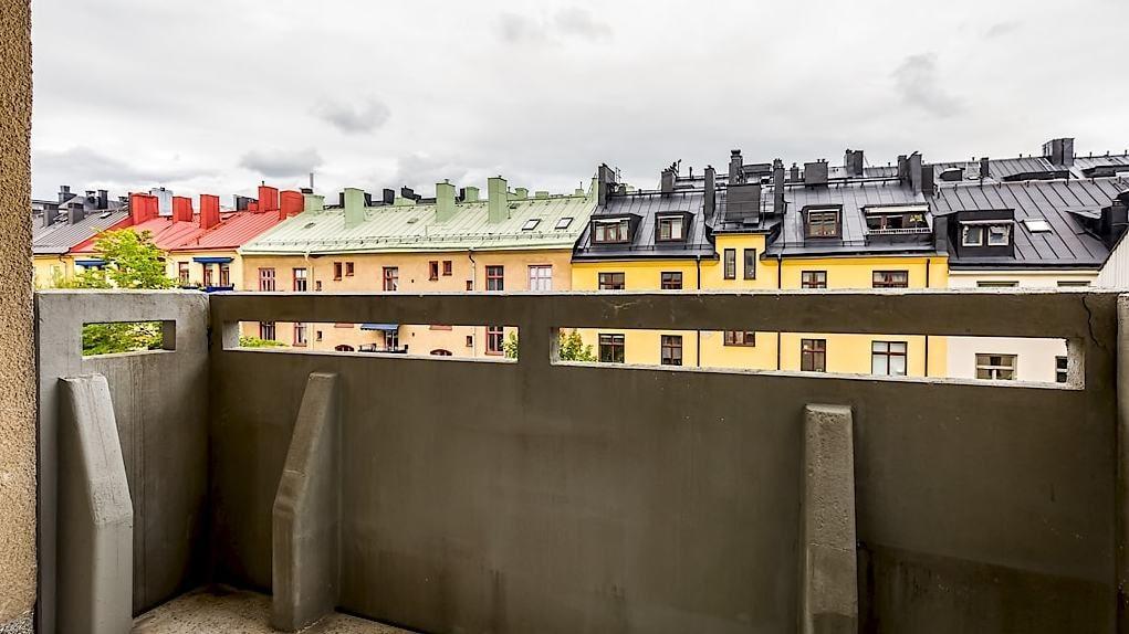Balkongen nås från ett av de tre sovrummen och har utsikt över innergården.