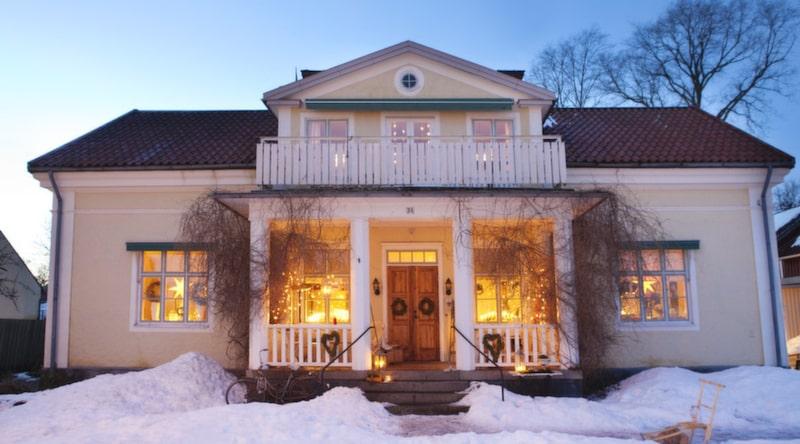 Huset Det tog ett år att renovera sekelskiftesvillan från 1800-talet. Då byttes även kakelugnar och väggar ut.