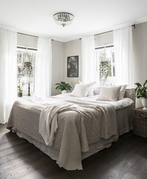 Sovrummet är ljust med fönster i två väderstreck. Sänggaveln är egentillverkad. Överkast och gardiner, Himla.