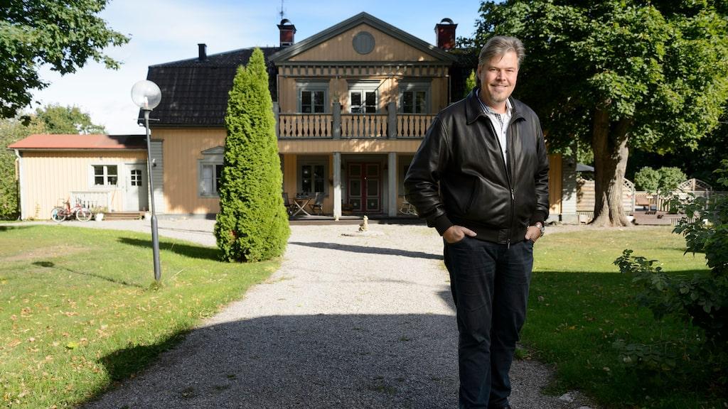 Magikern John Houdi framför sin villa Hof Gård, 2015, där han bodde i tio år med sin familj.