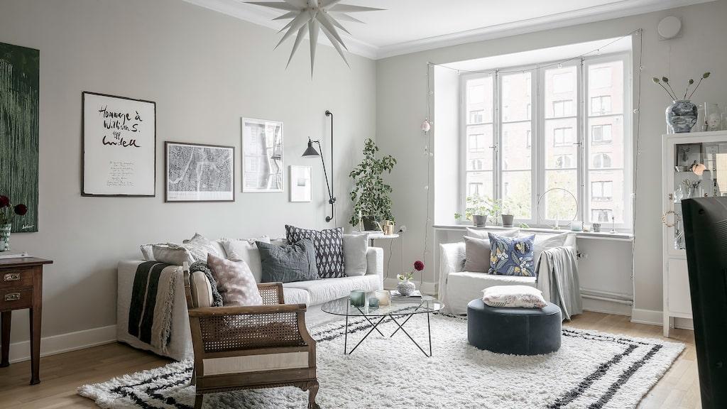 Vardagsrummet är osedvanligt ljust och harmoniskt med gott om plats för flera olika funktioner. Stort fönsterparti som gör att ljuset flödar in och fönsterbräden av ljus gråmelerad kalksten är lämningar från sent 20-tal.