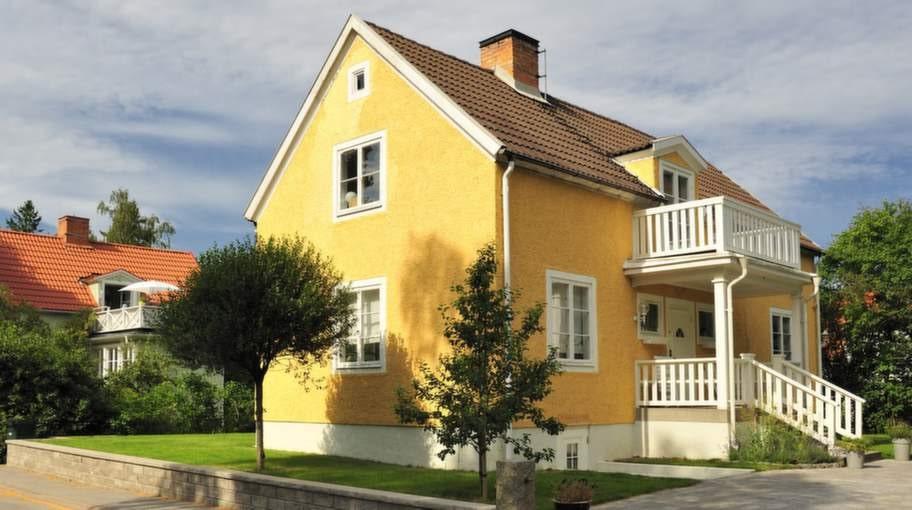 """1920-TALSVILLAN. En klassiker som håller sig frisk i hundratals år om den får leva som tänkt. Men när källare och vind isoleras och oljepannan byts mot bergvärme uppstår ofta fukt och mögel.<span style=""""font-size: small;""""><br>OBS! Villan på bilden är exempel på hus från tiden - inte exempel på skadade hus!</span><h1></h1>"""
