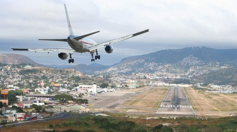 Toncontin International Airport, Tegucigalpa, Honduras. Att ta sig förbi alla berg är bara pilotens första utmaning.