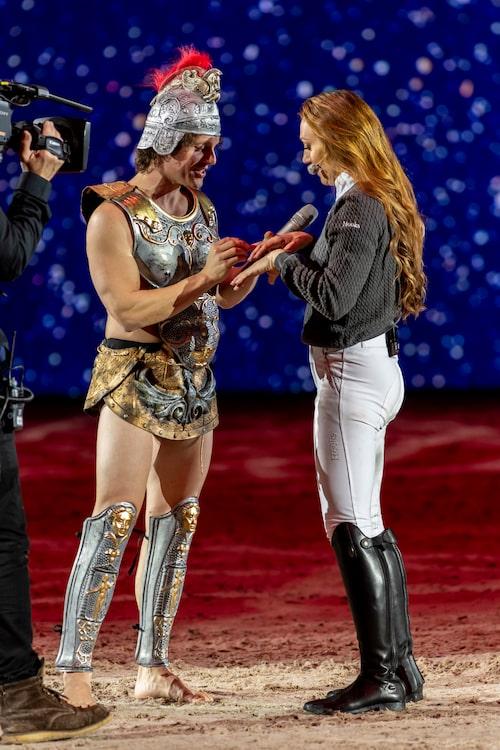 Den 2 december förra året friade Nassim till Lina mitt under Sweden International Horse Show på Friends arena.
