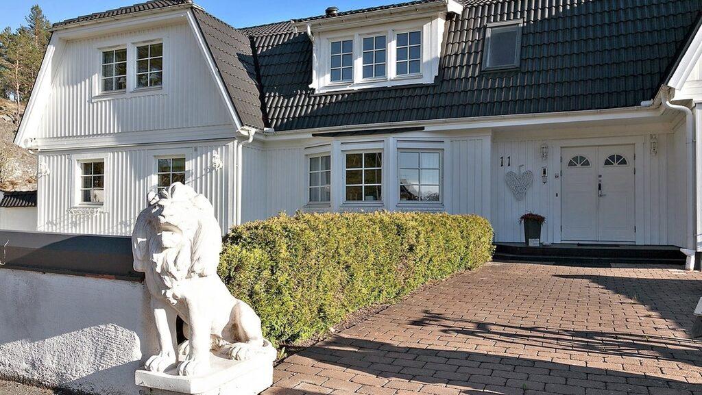 Villan är på 523 kvadratmeter och innehåller 14 rum.