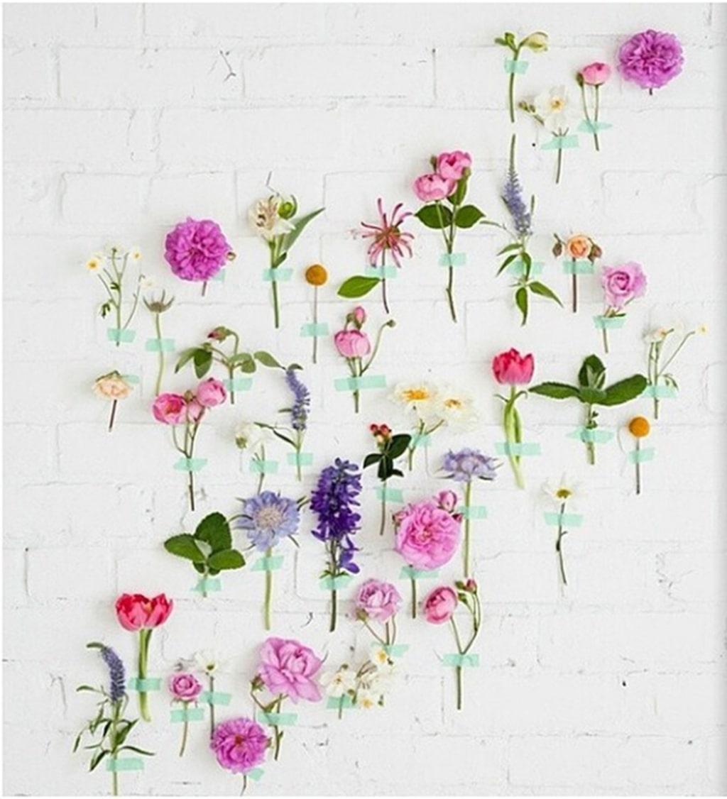 De håller kanske inte så länge, men så fint att klistra upp blommor och blad med olikfärgad tejp på väggen.