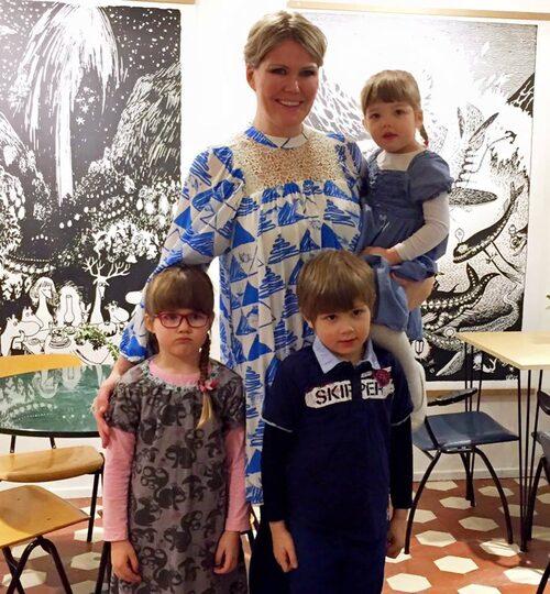 Sanna Kiiski med sina tre barn: Liv, 4, i mammas famn, Mai, 5, och Ben, 6, stående.