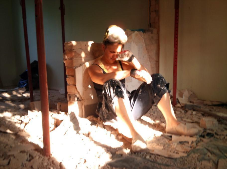 Att riva tegelväggar i 40-gradig värme är inget lätt arbete.