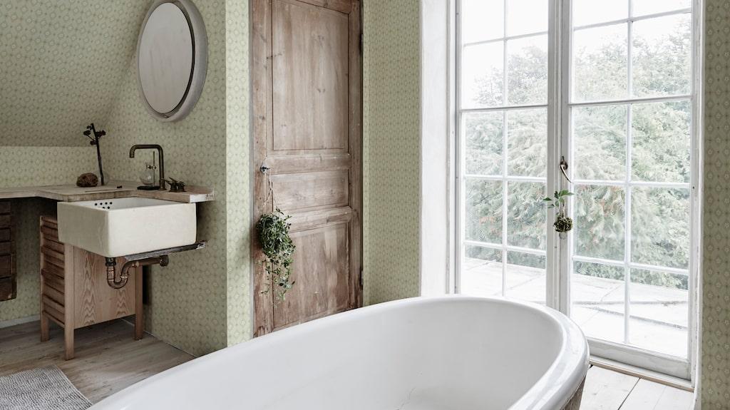Tapeten har fått en revival i hemmet, så också i badrummet. Denna heter Kimono och kommer från Sandberg Wallpaper.