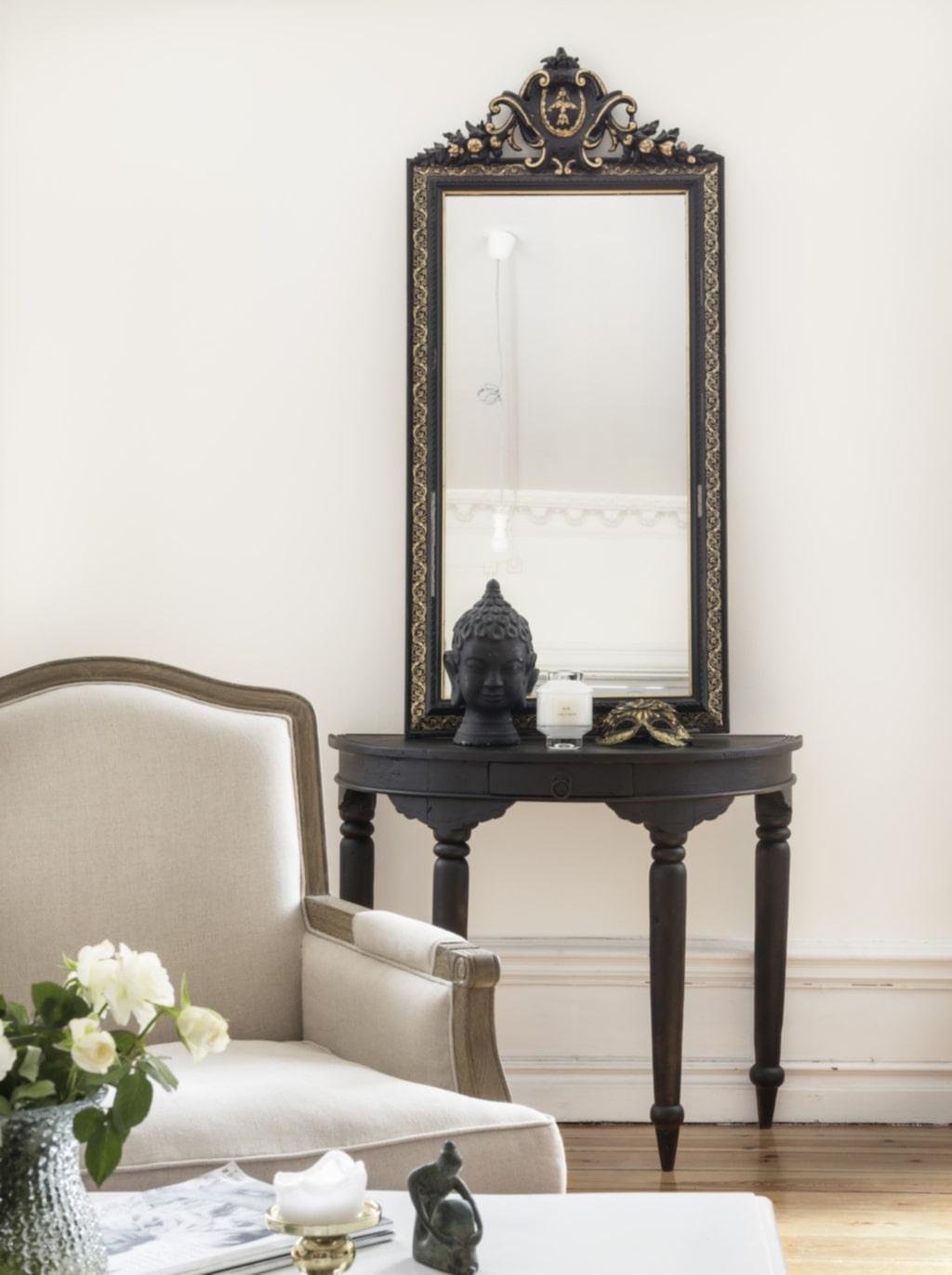 Kär favorit. Tina älskar gamla bord. Det svarta bordet kommer från Indonesien. Spegeln är köpt i en antikaffär.