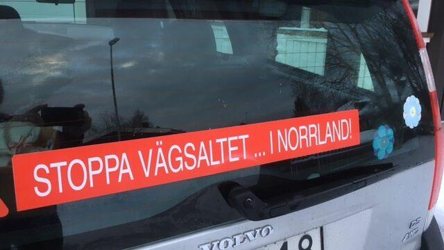 Vägsaltet är en stor diskussion i Norrland. Efter att Benny hade gjort denna skylt blir han stoppad överallt av folk som vill köpa en likadan. Och han brukar ha några i lager i bilen...