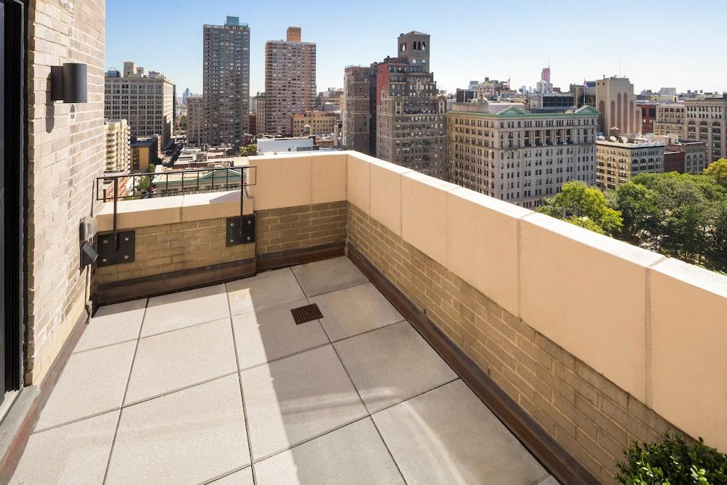 Våningen har tre terrasser med utsikt över New York city.
